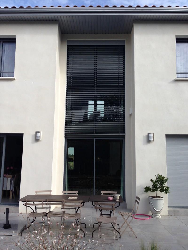 Maison moderne atypique mur rideau alu partner for Fenetre gris 7016