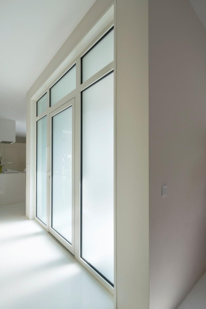 Villa design menuiseries laqu es blanc 9016 partner - Imposte pour porte d entree ...