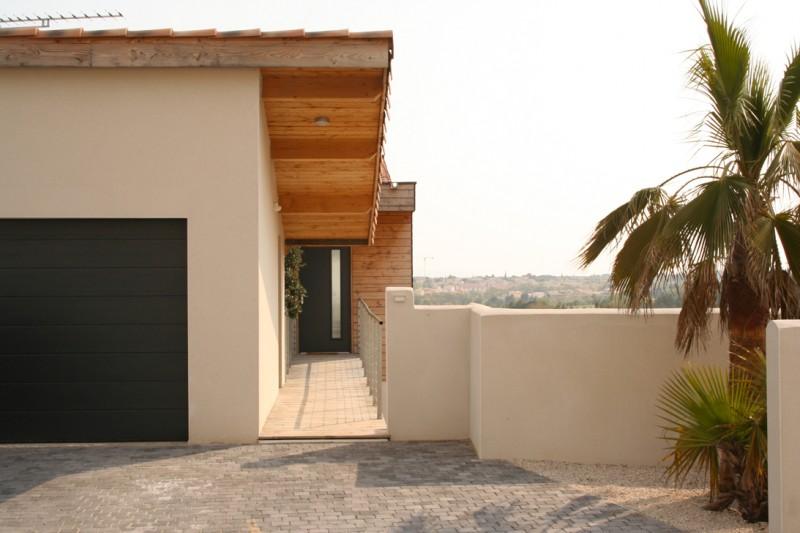 Maison bois moderne menuiseries alu noir partner for Porte de maison interieur moderne