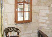 Fenêtre bois et pierre apparente pour une rénovation en centre ville